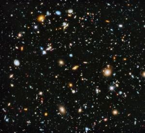 Hubble Ultra Deep Field (Hubble campo ultra profundo). La imagen explora una pequeñísima región de la constelación de Orión. Se estima que la foto contiene unas 10 mil galaxias.